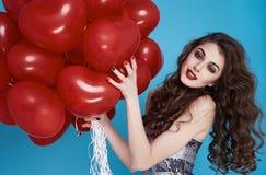 Femme sexy de beauté avec l'anniversaire rouge de jour de valentines de baloon de coeur Photo libre de droits