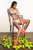 Femme de belle forme physique, joueur de tennis avec la raquette Image libre de droits