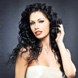 Femme sexy de belle mode avec la coiffure bouclée photos libres de droits