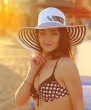 Femme sexy de bikini dans le chapeau regardant dessus Image libre de droits
