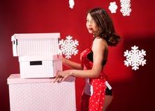 Femme sexy de brune, temps de Noël Photographie stock