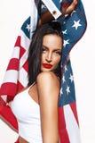 Femme sexy de brune tenant le drapeau des Etats-Unis Photos stock