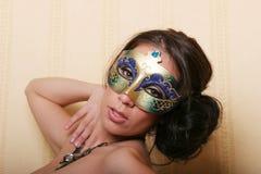 Femme de brunette dans le masque Photo stock