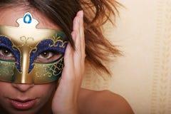 Femme de brunette dans le masque Photographie stock libre de droits