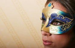 Femme de brunette dans le masque Photographie stock