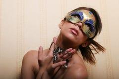 Femme de brunette dans le masque Photos libres de droits