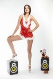 Femme sexy de brunette posant en rouge de costume de Santa Images libres de droits
