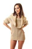 Femme sexy de brunette posant sur le fond blanc Photographie stock libre de droits