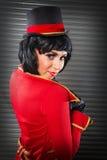 Femme sexy de chef de piste de cirque regardant au-dessus de son épaule Photographie stock libre de droits