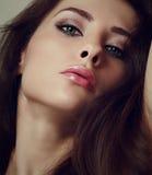 Femme sexy de maquillage avec les lèvres chaudes. Plan rapproché images libres de droits