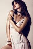 Femme sexy de mode de charme avec la peau bronzée, cheveux lâches, égalisant le maquillage dans une robe d'été et des sous-vêteme Photo stock