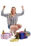 Femme sexy de partie encourageant avec des paquets de cadeau d'isolement sur le blanc Photos libres de droits