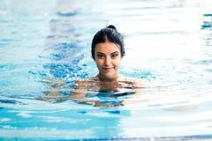 Femme nue dans la piscine photo stock image du bonheur for Nue a la piscine