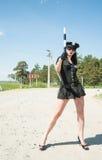 Femme sexy de police sur le geste d'arrêt de spectacles en tournée Photographie stock libre de droits