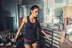 Femme sexy de soldat sur des ruines d'usine Images stock