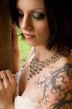 Femme sexy de tatouage dans la robe nuptiale Image stock