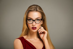 Femme sexy en robe et verres rouges Photos libres de droits