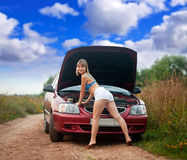 Femme essayant de fixer le véhicule Photographie stock libre de droits