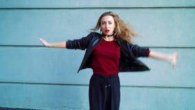 Femme sexy exécutant la danse moderne près du mur texturisé gris dehors clips vidéos