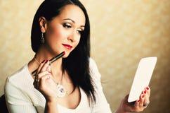 Femme sexy faisant le maquillage avec le rouge à lèvres Photo stock