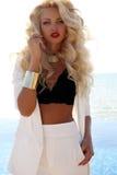 Femme sexy magnifique avec les cheveux blonds dans le costume blanc luxueux images libres de droits