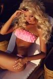Femme sexy magnifique avec les cheveux blonds dans le maillot de bain élégant images libres de droits