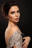 Femme sexy magnifique avec les cheveux foncés dans la robe luxueuse photo libre de droits