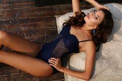 Femme sexy magnifique avec les cheveux foncés dans le maillot de bain élégant photos stock