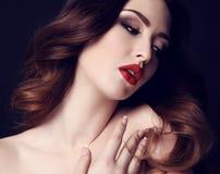 Femme sexy magnifique avec les cheveux foncés et le maquillage lumineux photographie stock libre de droits