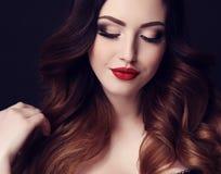 Femme sexy magnifique avec les cheveux foncés et le maquillage lumineux images libres de droits