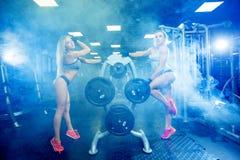 Femme sexy musculaire de femme de la forme physique deux détendant dans le gymnase style de vie sain de concept Bodybuilder en gy Images libres de droits