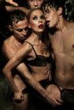 Femme sexy posant avec les hommes Photo stock