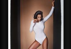 Femme sexy posant dans le studio Photos stock