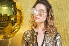 Femme sexy renversante de tête de discoball Photo libre de droits