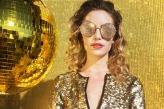 Femme sexy renversante de tête de discoball Image stock