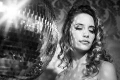 Femme sexy renversante de tête de discoball Image libre de droits