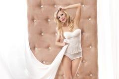 Femme sexy restant devant l'hublot Images stock