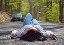 Femme sexy s'asseyant sur la route Image stock