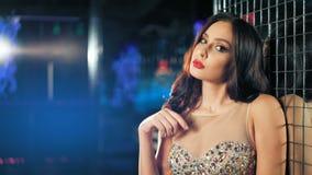 Femme sexy, sensuelle et séduisante posant dans la robe clips vidéos