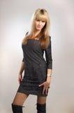 Femme staning dans la robe d'isolement Photo stock