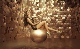 Femme sexy sur la grande boule Image libre de droits