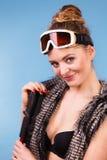 Femme sexy tenant des poteaux de ski Images libres de droits