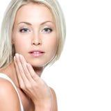 Femme touchant son visage de santé Images stock