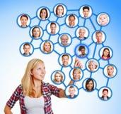 Femme sélectionnant les amis et la famille dans le réseau social Photos libres de droits