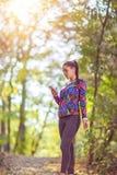 Femme Smartwatch de port fonctionnant de forme physique et écouteurs sans fil photos libres de droits