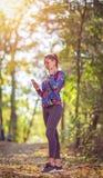 Femme Smartwatch de port fonctionnant de sport et écouteurs sans fil images stock