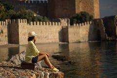 Femme soloe de voyageur par la mer Images stock