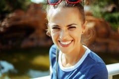 Femme soloe heureuse de voyageur ayant la croisière pittoresque de rivière images stock