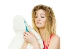 Femme somnolente étreignant l'oreiller blanc Image libre de droits
