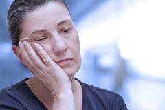 Femme somnolente très fatiguée de fatigue image stock
